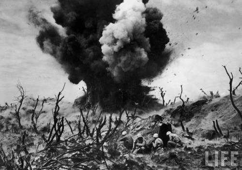 Smith-hist_us_20_ww2_pic_iwo_jima_1945_explosion_soldiers